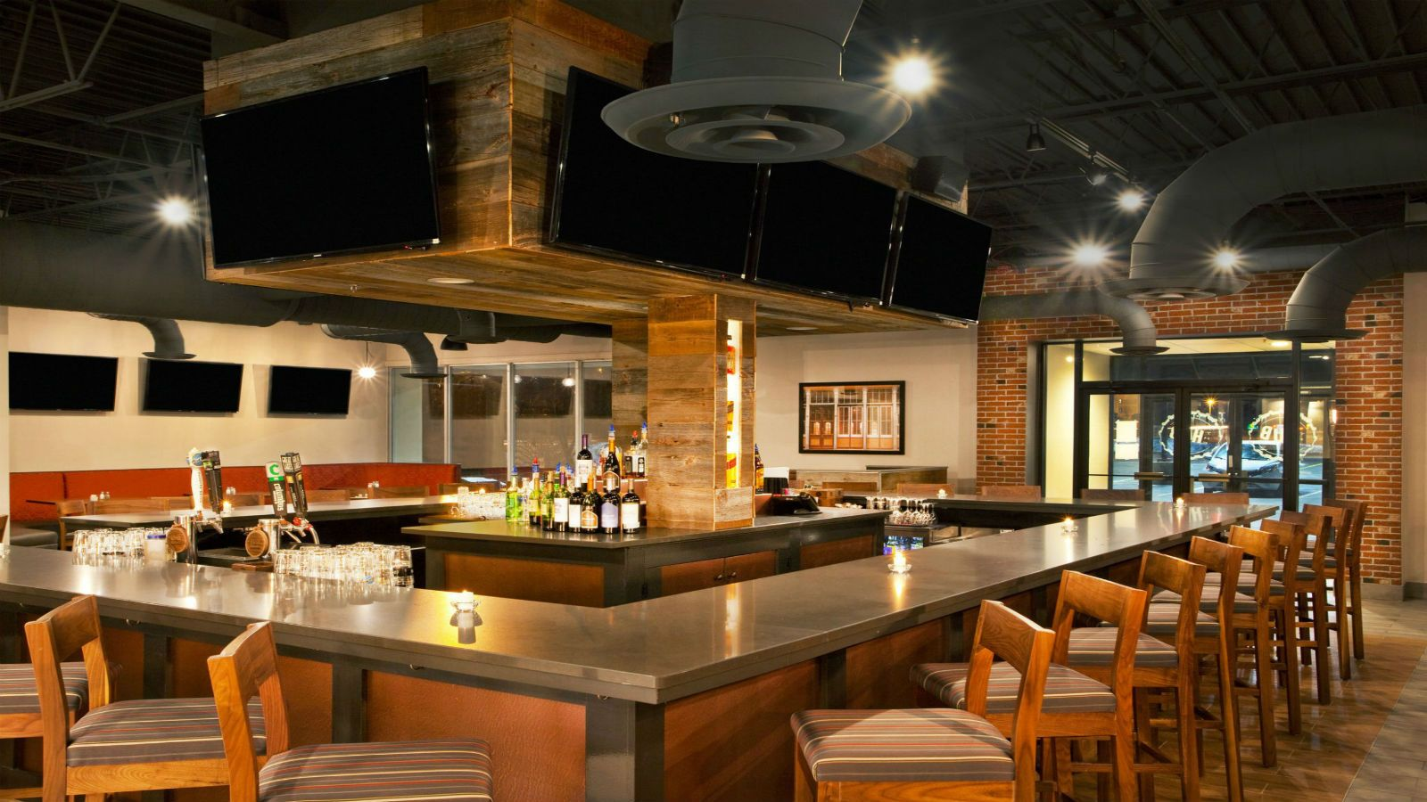 Four Points Cleveland Airport | The Hub Bar & Grill